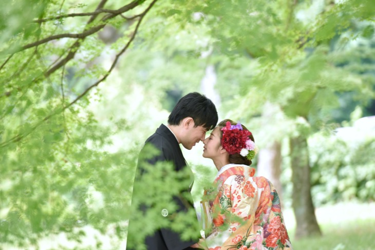 結婚式の和装前撮りを京都御苑で洋髪の色打掛けでの髪型とヘアスタイルのロケフォト写真
