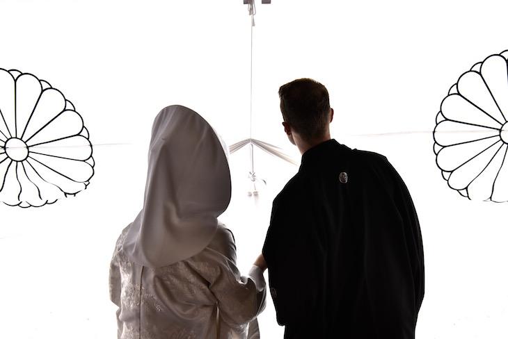 白無垢の綿帽子で大神神社での結婚式の記念写真