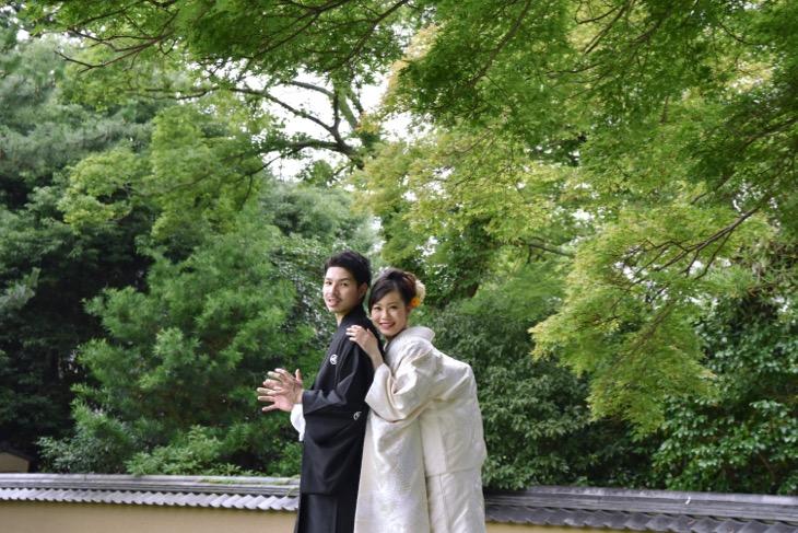 結婚式の和装前撮りは洋髪ヘアメイクで髪型やヘアスタイルが綺麗な写真のロケフォトで