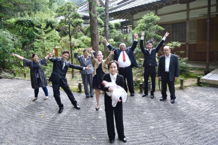 大神神社のお宮参りでレンタル貸し衣装の着物でご祈祷前の記念写真