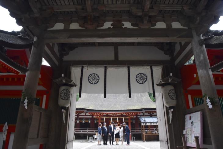 石上神宮のお宮参りを駐車場から撮影を始める出張の記念写真