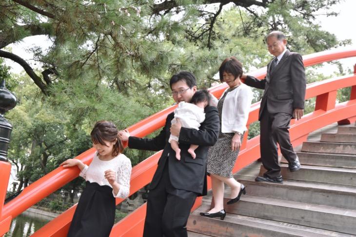 住吉大社でお宮参りの初穂料、御祈祷料を納める前に駐車場に着いた時から撮り始める出張での記念写真