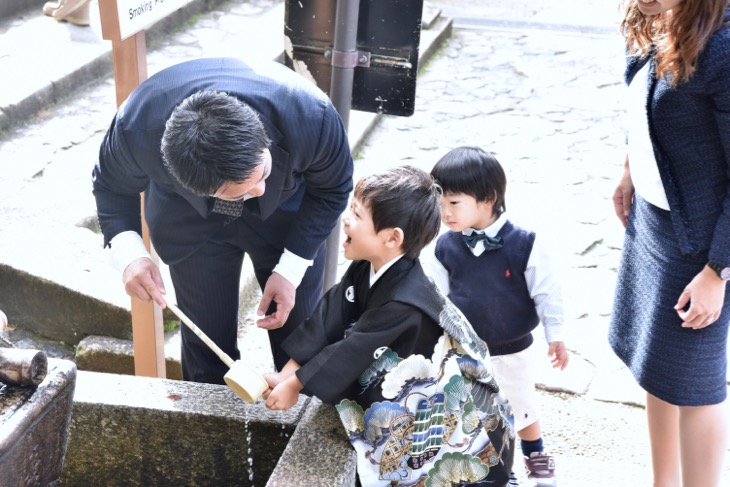 春日大社の七五三のご祈祷前の記念写真