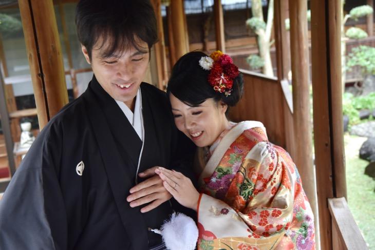 結婚式の前撮りを和装で藤原宮跡のコスモスで洋髪のヘアスタイルの髪型が良く分かる写真