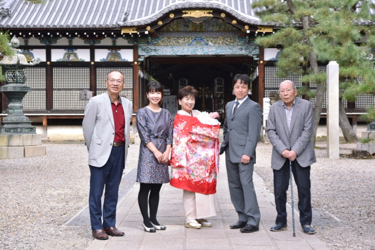 京都の御香宮神社でのお宮参りのご祈祷前にレンタル着物やレンタル衣装で撮る出張の記念写真