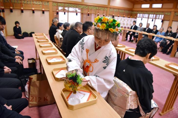 大神神社で結婚式の初穂料や挙式料、レンタル衣装や貸衣装に詳しい全カットのデータ付きの洋髪の髪型やヘアスタイルの写真