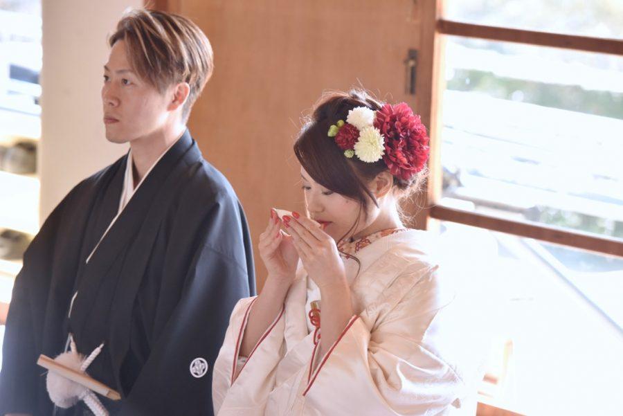 赤ライン白無垢和装洋髪ヘアスタイルで結婚式の髪型の写真