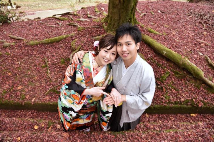 黒の打掛での和装前撮りを紅葉の時期で洋髪の髪型ヘアスタイルに似合った髪飾りの写真
