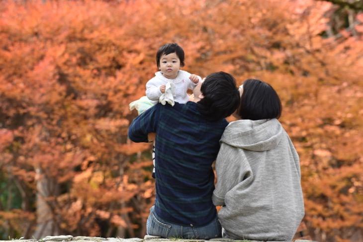 フィトスタジオや子供写真館では撮れない自然豊かな公園の中でのフアミリーフォトや笑顔の家族写真