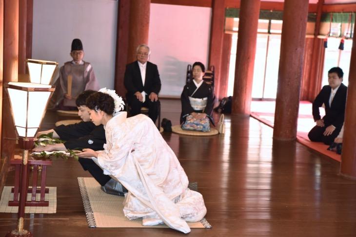 石上神宮での結婚式のレンタル白無垢衣装と洋髪ヘアスタイルの髪型の記念写真