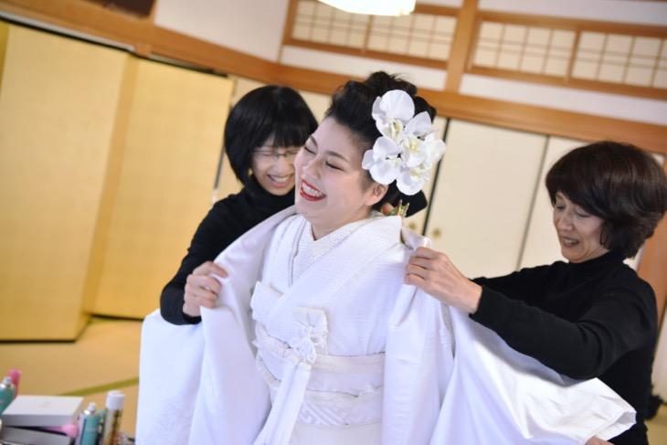熊野那智大社の結婚式のレンタル衣装や貸衣裳と洋髪ヘアメイクの髪型や髪飾りヘアスタイルの写真