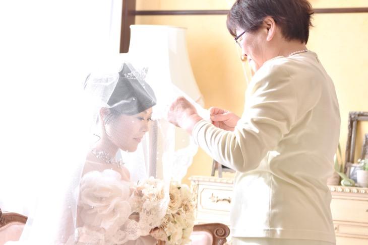 データ付きのフォトウエディングで白無垢の綿帽子や色打掛けの和装でも撮れるチャペルでの髪型やヘアスタイルの写真