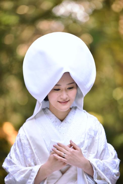 白無垢の綿帽子と色打掛けの洋髪で髪飾りやヘアスタイルと髪型も可愛い和装の前撮り写真