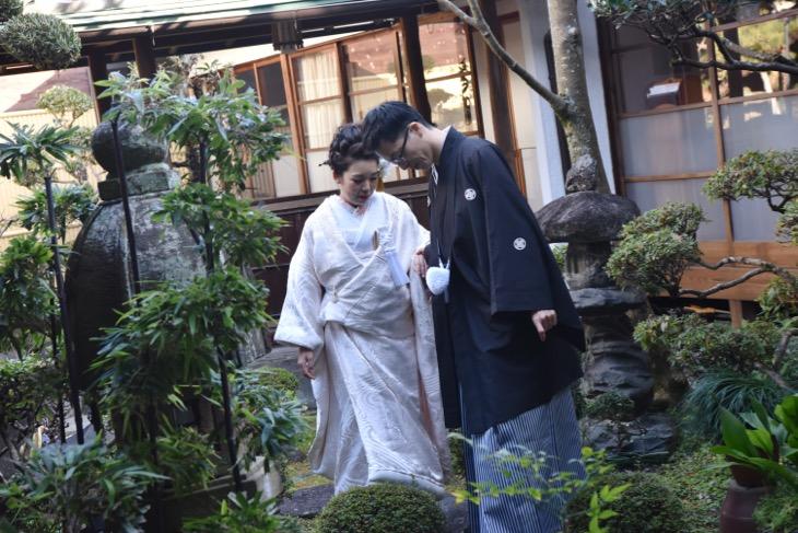 大神神社がある三輪山麓での和装の前撮りロケフォトの洋髪の髪型やヘアスタイルの写真