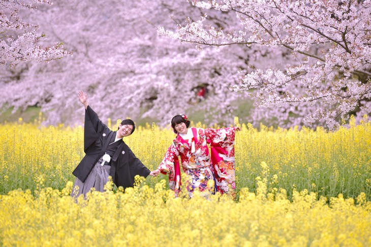 結婚式の和装での前撮りを雨の中で桜や紅葉の時期に洋髪で髪型やヘアスタイル、メイクも崩れず髪飾りや小物も綺麗な白無垢や色打掛けの写真