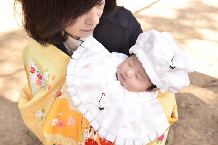 春日大社のお宮参りで駐車場近くでの着物の写真