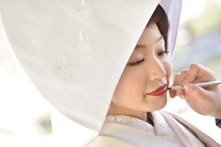 結婚式の前撮り和装ロケーションフォトで白無垢の綿帽子と色打掛けの洋髪の髪型ヘアスタイルの写真