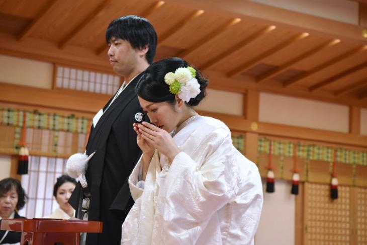 大神神社の結婚式のレンタル衣装や貸し衣裳で洋髪で白無垢の綿帽子の髪型やヘアスタイルの写真