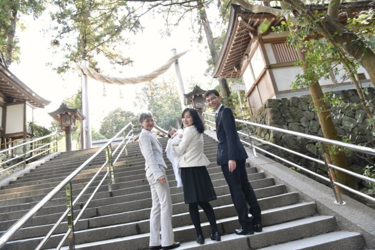 大神神社、三輪明神のお宮参りのご祈祷前の二の鳥居前から撮る出張記念スナップ写真