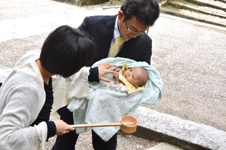 石上神宮でご祈祷前に駐車場から撮影を開始するお宮参りの記念写真