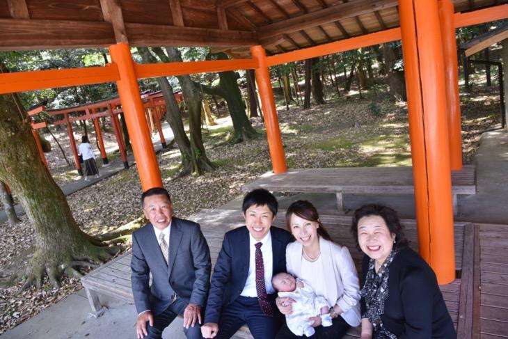 橿原神宮でご祈祷前に参道で撮るお宮参りの記念写真