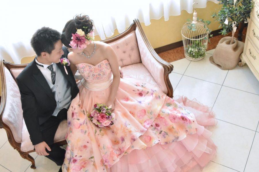 チャペルの中で撮影する全カットの写真データとアルバムが付いているウエディングドレスとカラードレスの格安フォトウエディングの写真