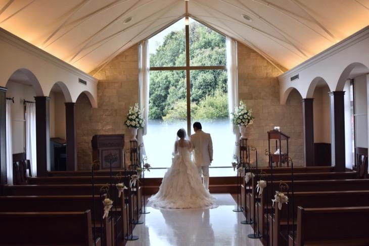 チャペルで撮るフォトウエディング、写真だけの結婚式は全カットの写真データ付きでウエディングドレスとカラードレスの可愛いメイクで髪型ヘアスタイルの写真