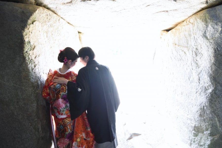 談山神社と明日香村の石舞台で結婚式の前撮りの和装ロケーションフォトの白無垢綿帽子と色打掛けの写真