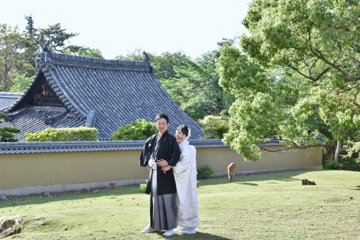 結婚式の前撮りの和装ロケーションフォトは洋髪髪型ヘアスタイルで人気の小物アイテムと一緒に奈良での写真