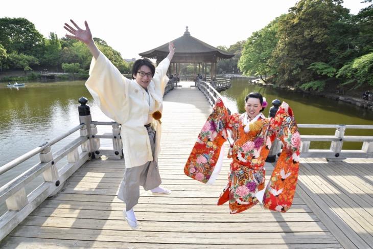 結婚式の前撮りを和装のロケーション撮影の時、色打掛けで洋髪の髪型ヘアスタイルと小物の写真