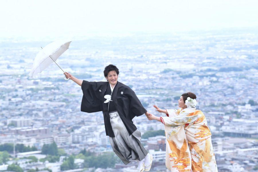 結婚式の前撮りを和装の洋髪髪型ヘアスタイルで小物アイテムを使った奈良でのロケーションフォトの写真
