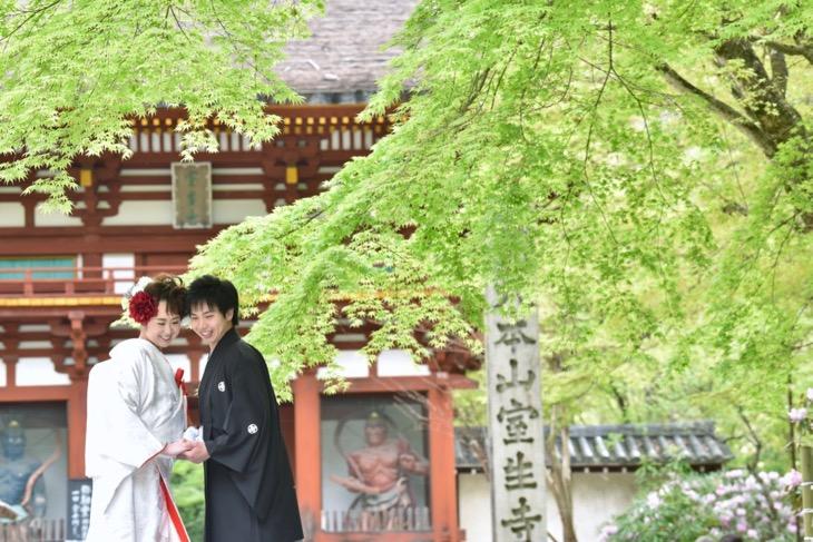 女人高野、室生寺の石楠花が満開の時期の結婚式の前撮りを和装で洋髪の髪型ヘアスタイルで古民家でのロケーション写真撮影