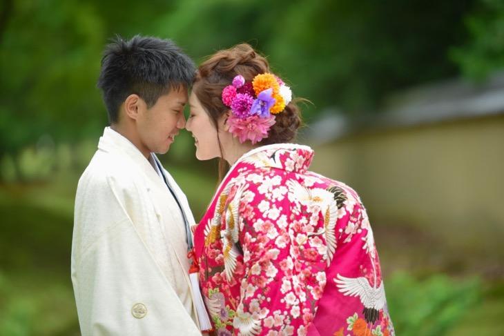 結婚式の前撮りを和装洋髪髪型ヘアスタイルで小物アイテムと一緒のロケーションフォト写真