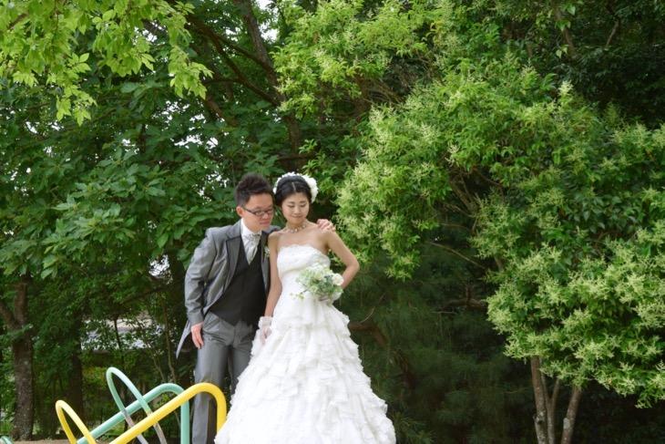 ウエディングドレスでフォトウエディングのロケーションフォトの写真