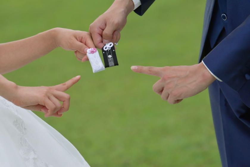 洋装ウエディングドレスで結婚式の前撮りロケーションの新郎新婦