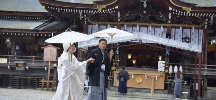 雨の大神神社で結婚式