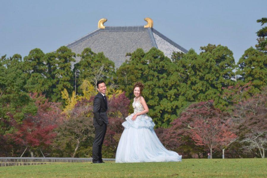 ドレスで結婚式の前撮りの新郎新婦の写真