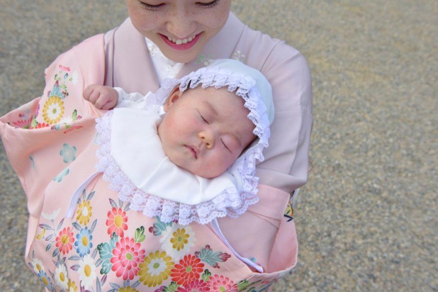 生田神社でお宮参りの赤ちゃんと着物の母の写真