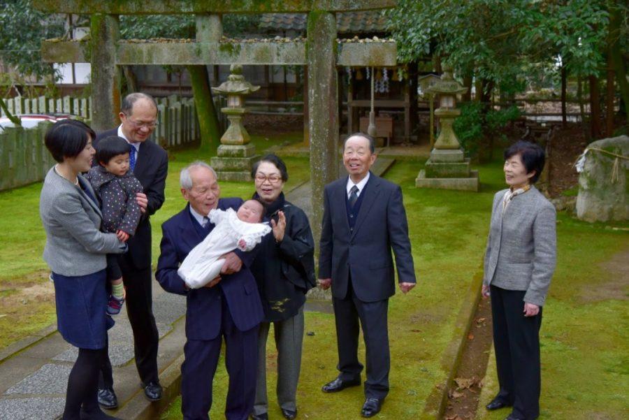 向日神社で雨のお宮参りの記念写真撮影