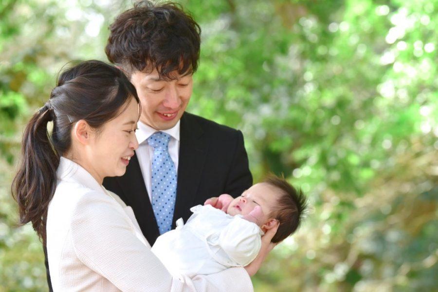 春日大社でご祈祷後のお宮参りの赤ちゃんの写真