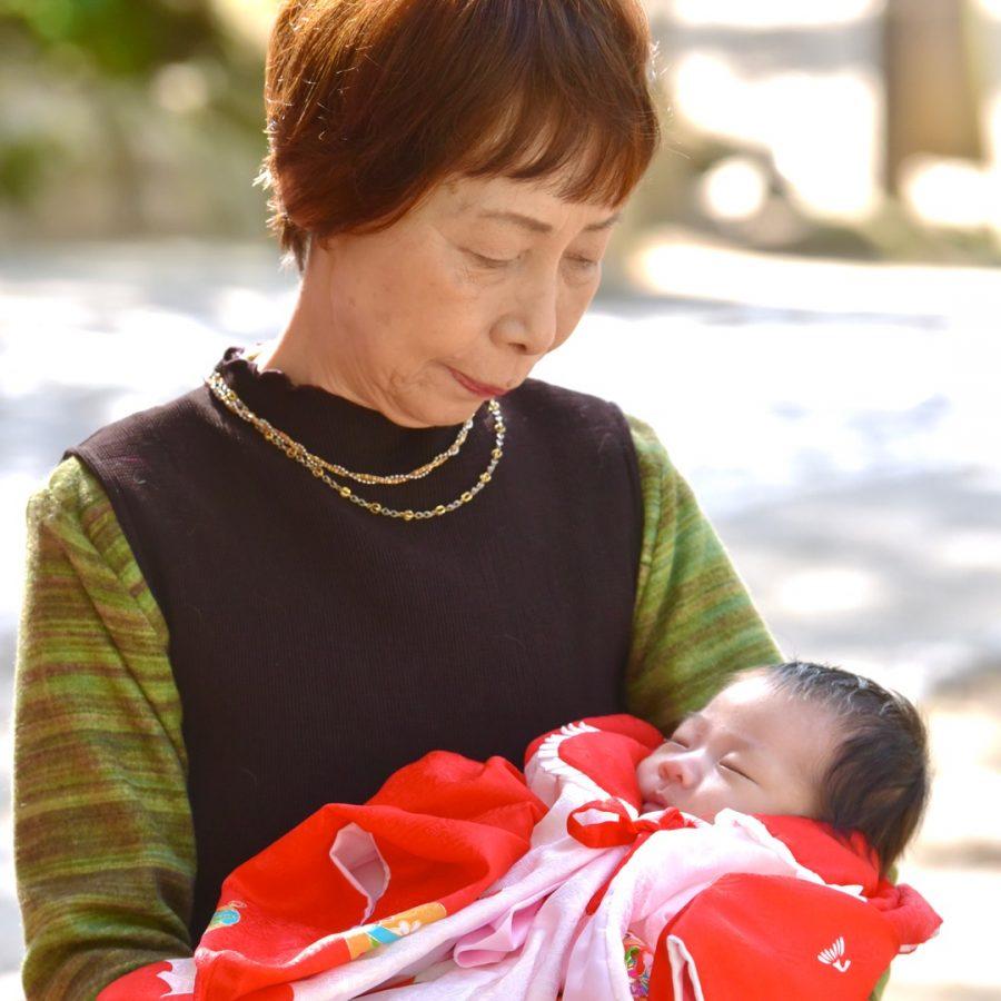 春日大社のお宮参りで着物姿の赤ちゃんの写真