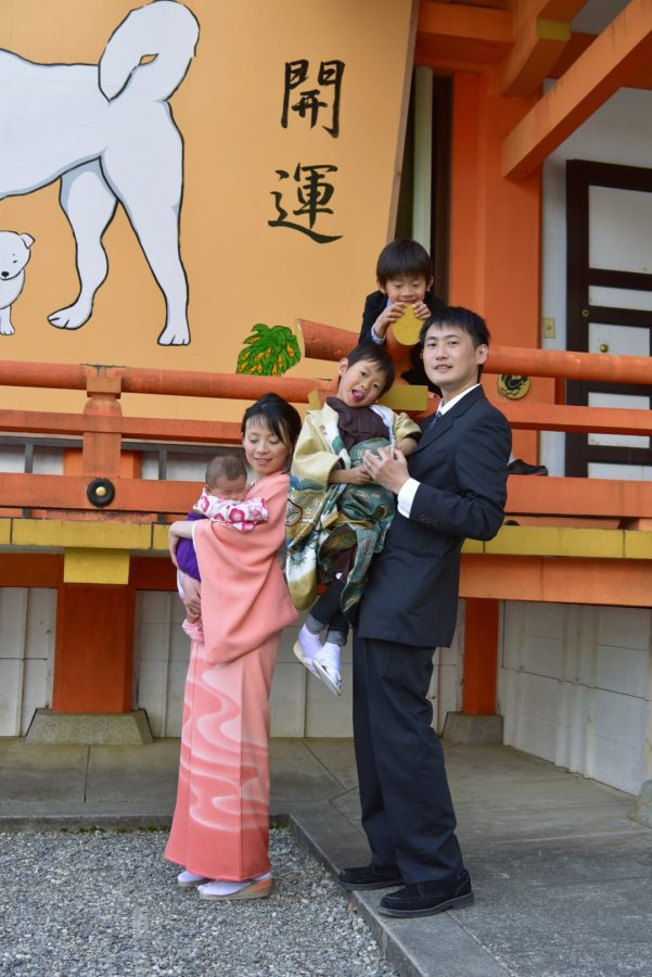 熊野那智大社でお宮参りの赤ちゃんと家族記念写真