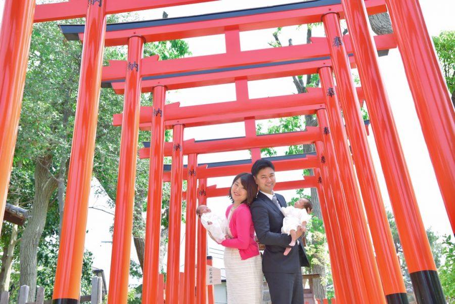 豊中稲荷神社でお宮参りの赤ちゃんとの家族写真