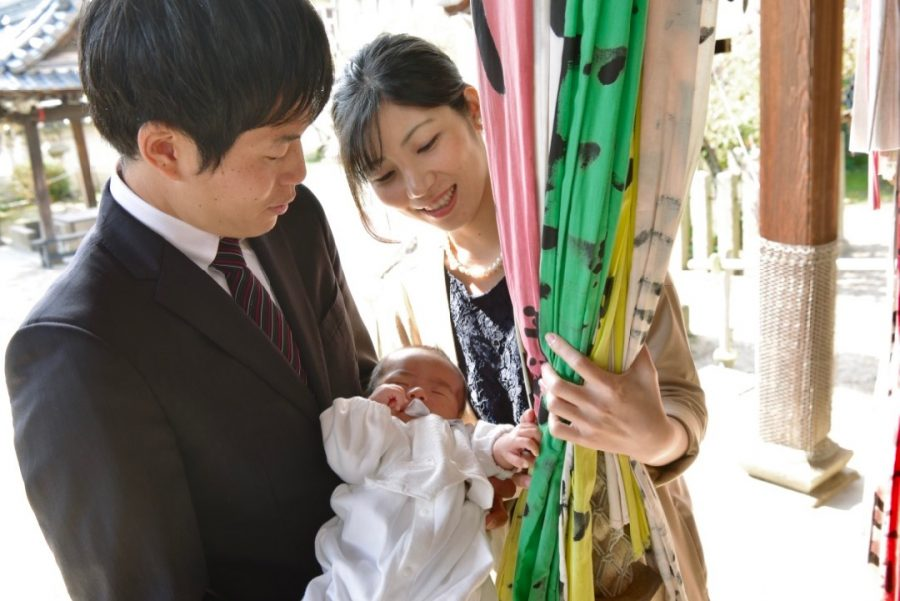 天満宮でお宮参りの記念写真撮影