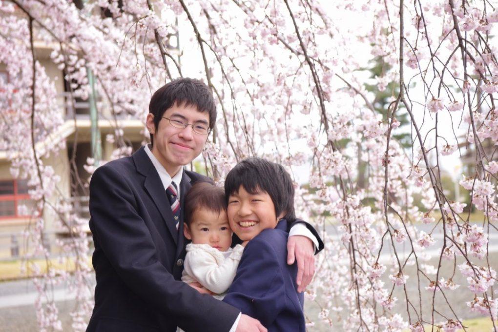 桜の樹の下で家族写真