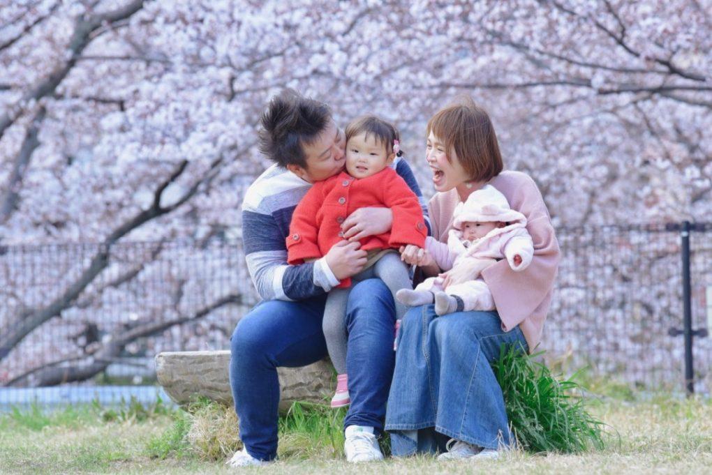 桜の樹の下での家族写真