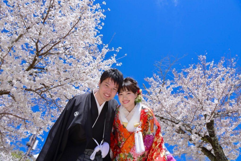 髪型は洋髪で赤い色打掛けで奈良公園での和装前撮り撮影