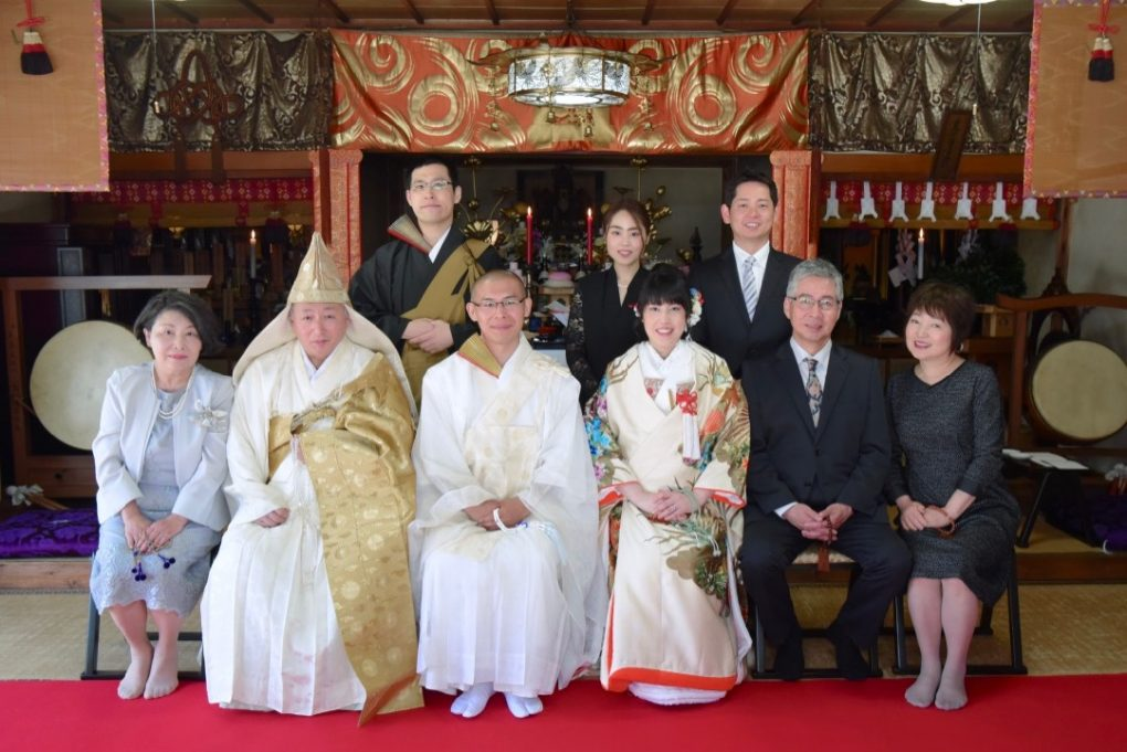 お寺での仏前式の結婚写真