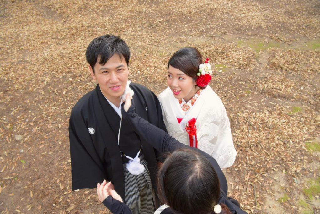 和装の白無垢で髪型は洋髪ヘアスタイルで前撮りロケーション写真