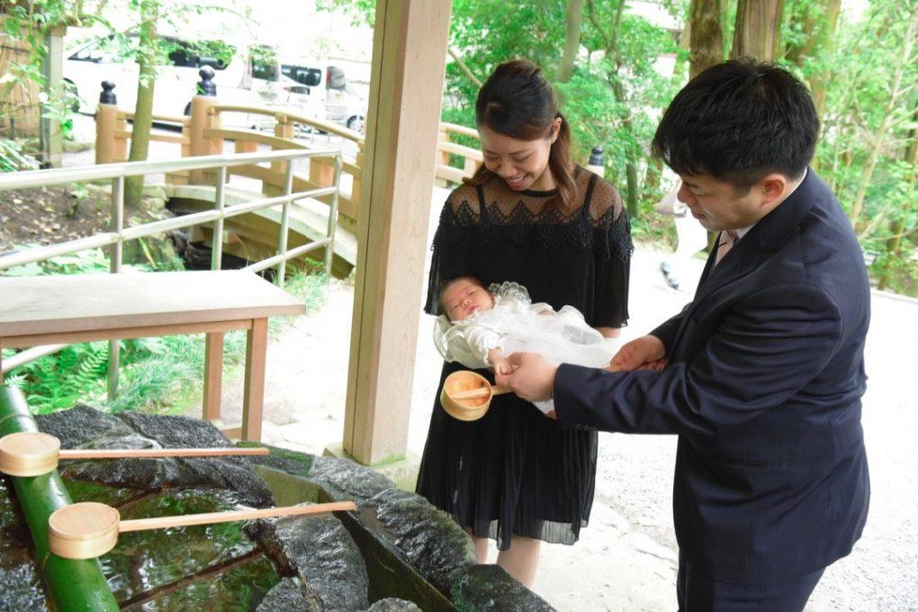 大神神社で赤ちゃんのお宮参りの写真